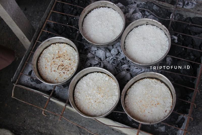 memasak kue sagon bakar