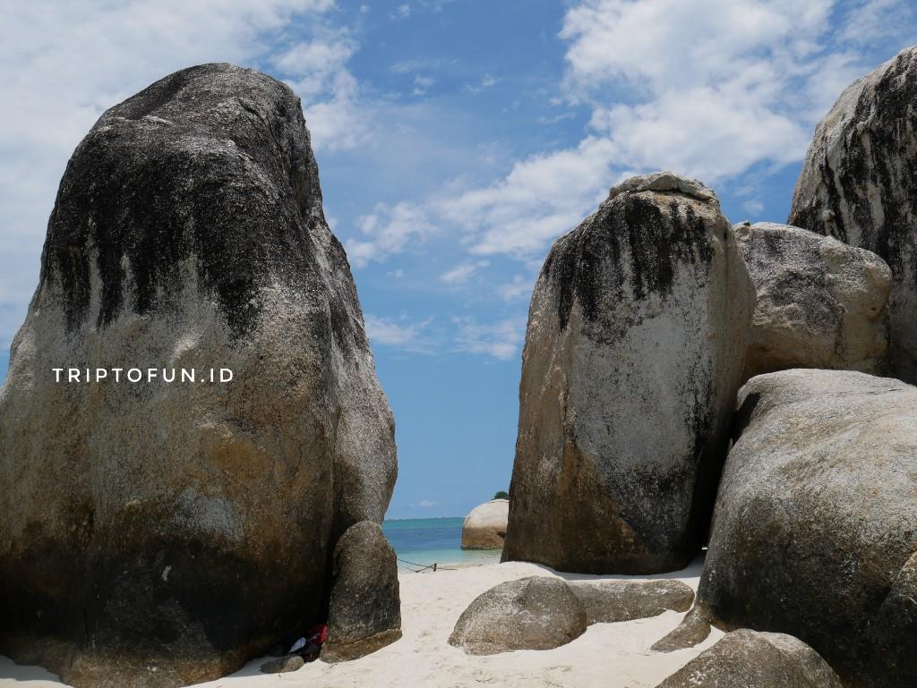 batu granit di pulau  batu berlayar