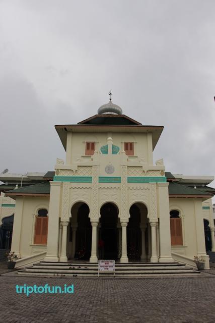 bangunan masjid baiturrahim ulee lheue