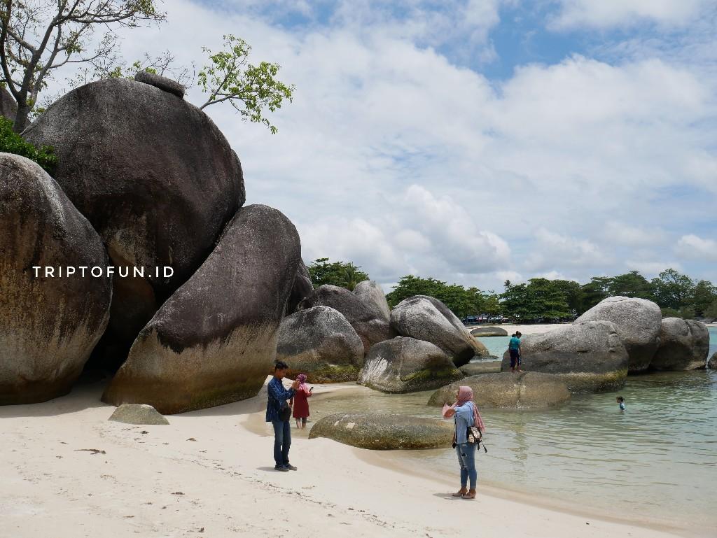 wisatawan mengunjungi pantai tanjung tinggi