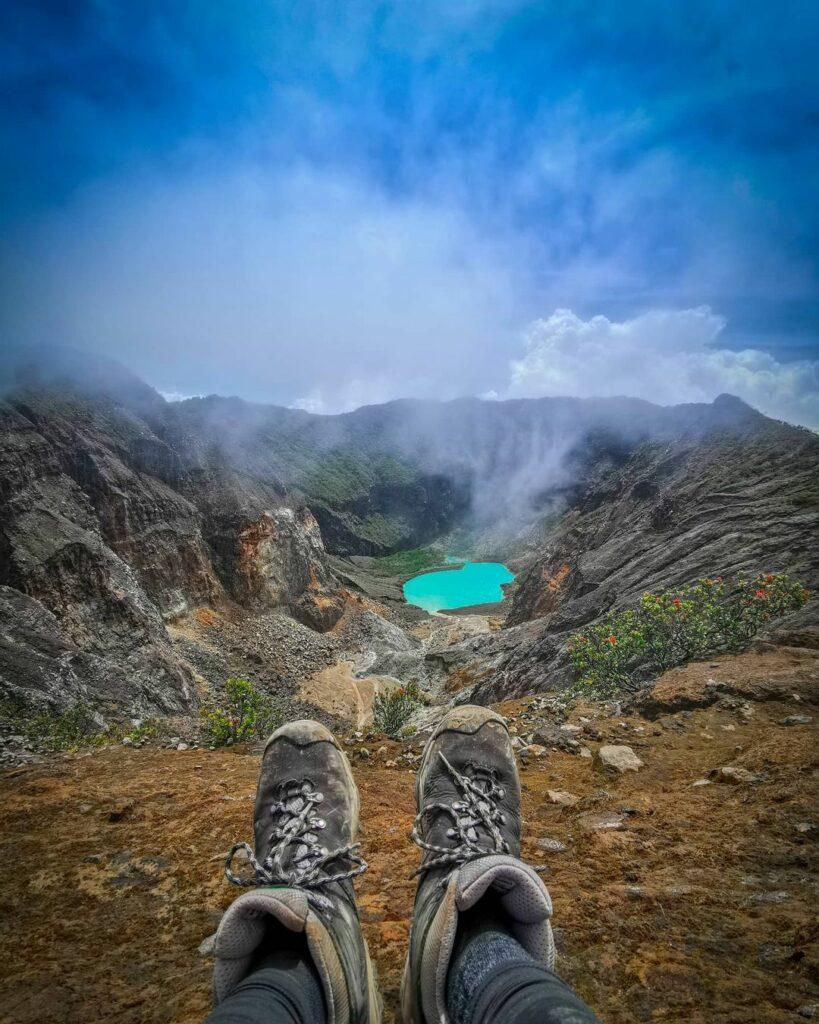 kawah di puncak gunung ciremai
